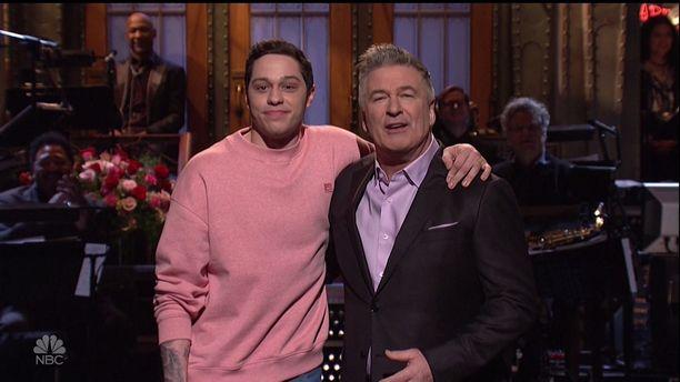 Pete Davidson on tuttu muun muassa Saturday Night Live -ohjelmasta. Tässä hän poseeraa Alec Baldwinin kanssa.