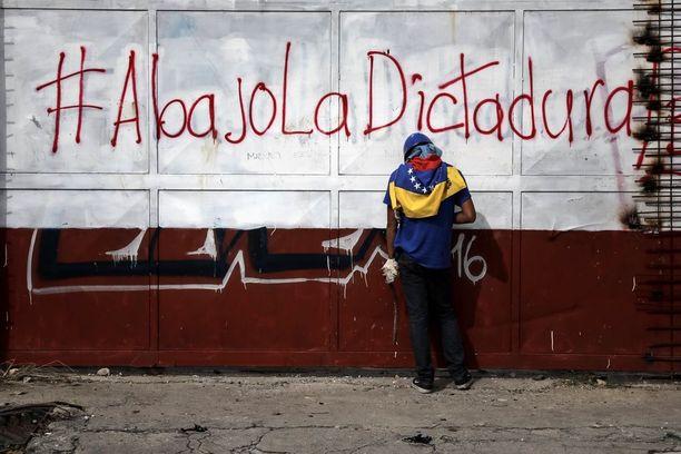Oppositio pelkää maan muuttuvan presidentin johtamaksi diktatuuriksi.