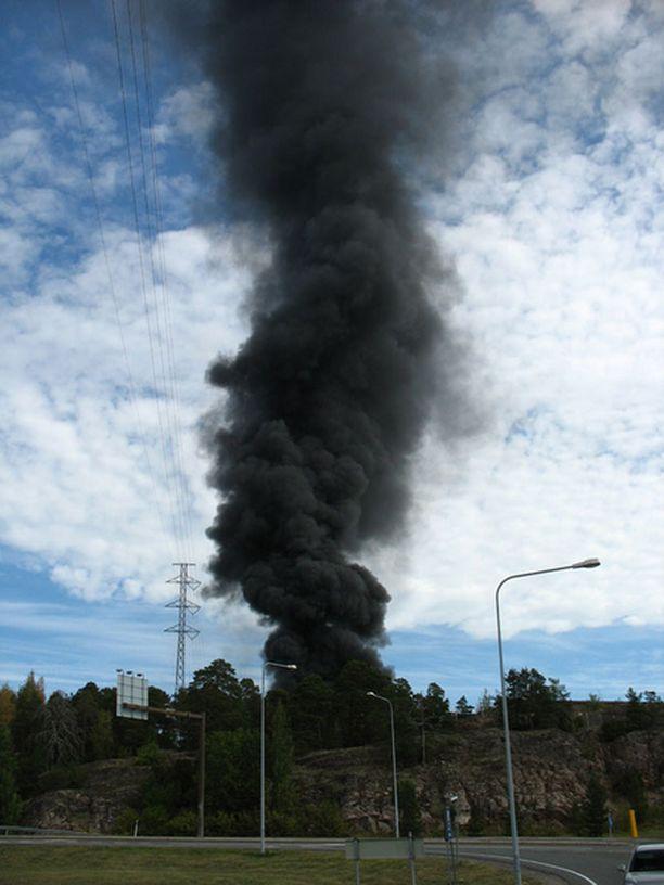 Palo nostatti ilmaan sankkaa mustaa savua.