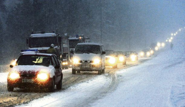 MYRÄKKÄ Jos sää on surkea, kannattaa harkita kotijoulua, liikenne asiantuntija Jorma Helin neuvoo.
