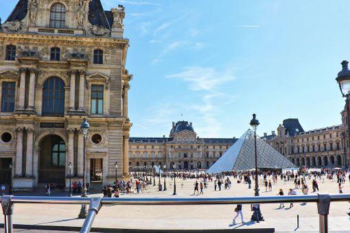 Pariisissa on paljon muutakin nähtävää kuin Eiffel-torni. Esimerkiksi Louvren taidemuseossa pääsee ihailemaan muun muassa aitoa Mona Lisan -maalausta