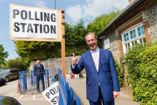 Entinen UKIP-johtaja, nykyinen Brexit Partyn pääjehu Nigel Farage oli yhtä hymyä torstaina. Hänen puolueelleen ennustetaan selvää voittoa torstaina käydyissä EU-parlamenttivaaleissa, joiden tulokset julkistetaan sunnuntaina.
