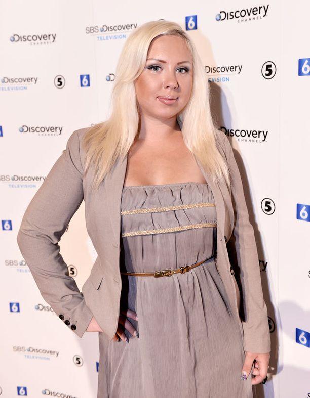 Henna Kalinainen sanoo olevansa sitoutumiskammoinen ja viihtyvänsä siksi ilman vakituista parisuhdetta.