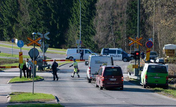 Poliisin mukaan onnettomuus tapahtui noin kello 7.30 maanantaiaamuna. Junassa matkustaneen Pekka Paateron havaintojen mukaan tasoristeyksen puomit olivat onnettomuushetkellä alhaalla.