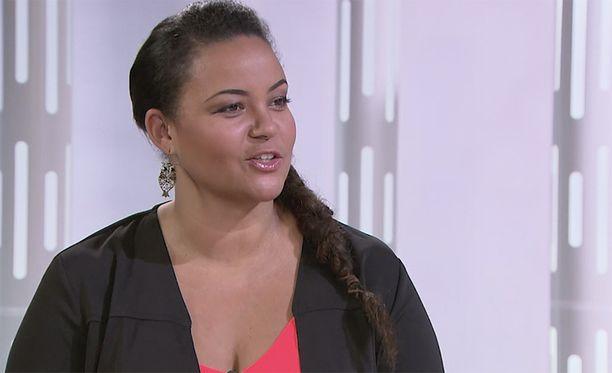 Lola Odusoga kuvattuna IL-TV:n Sensuroimaton Päivärinta -ohjelman kuvauksissa.
