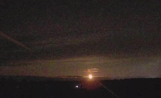 Useat ovat havainneet torstai-iltana kirkkaan valoilmiön Pohjois-Suomen taivaalla.