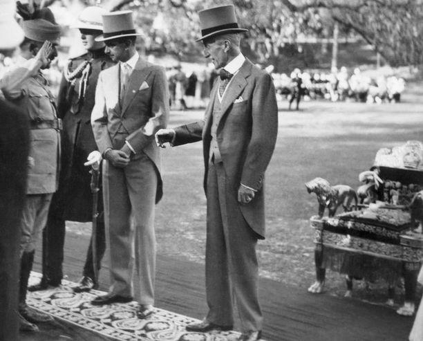 Sarjassa eletään vuotta 1932. Samalta vuodelta on peräisin kuva oikeasta lordi Willingdonista (oik.).