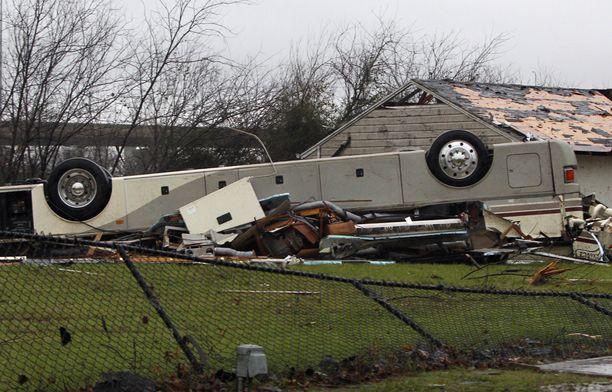 Asuntoauto pyörähti katolleen tornadon voimasta Garlandissa, Dallasissa.