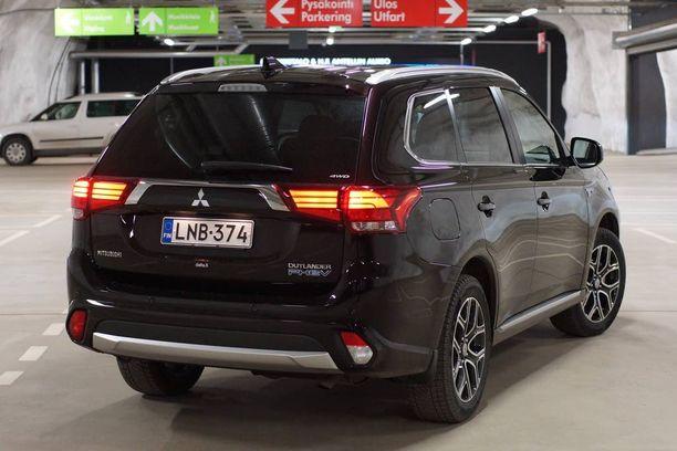 Peräpäästä ladattavan puolisähköauton tunnistaa PHEV-logosta.