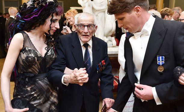 Hannes, 101, antoi kävelykeppinsä toimittajalle ja saattoi Sofi Oksasen tanssilattialle.