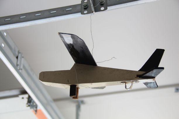Kansakoulussa syntyi tällainen lentokone, joka roikkuu nyt autotallin katosta.