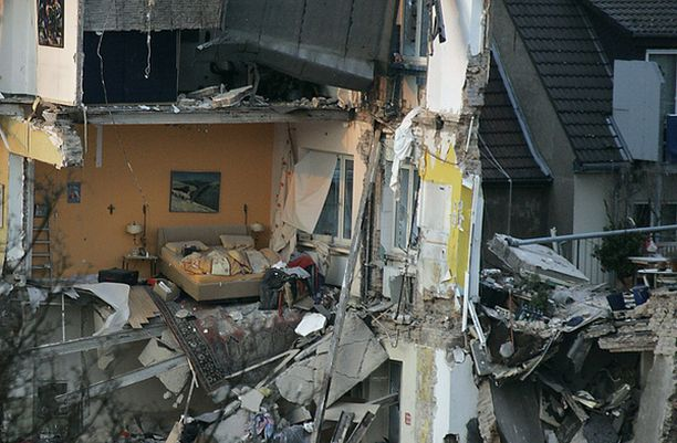Saksalaisten tiedotusvälineiden mukaan sortumisen syynä oli rakennuksen alla kulkevan metrotunnelin kunnostustyöt.