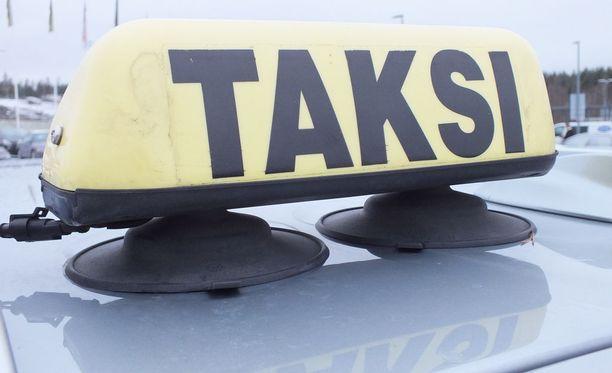 Nurmijärvellä vanhemmat ovat olleet pöyristyneitä taksilla ajettavista koulukyydeistä. Kunnan tekemän kilpailutuksen jälkeen pakka on ollut täysin sekaisin.