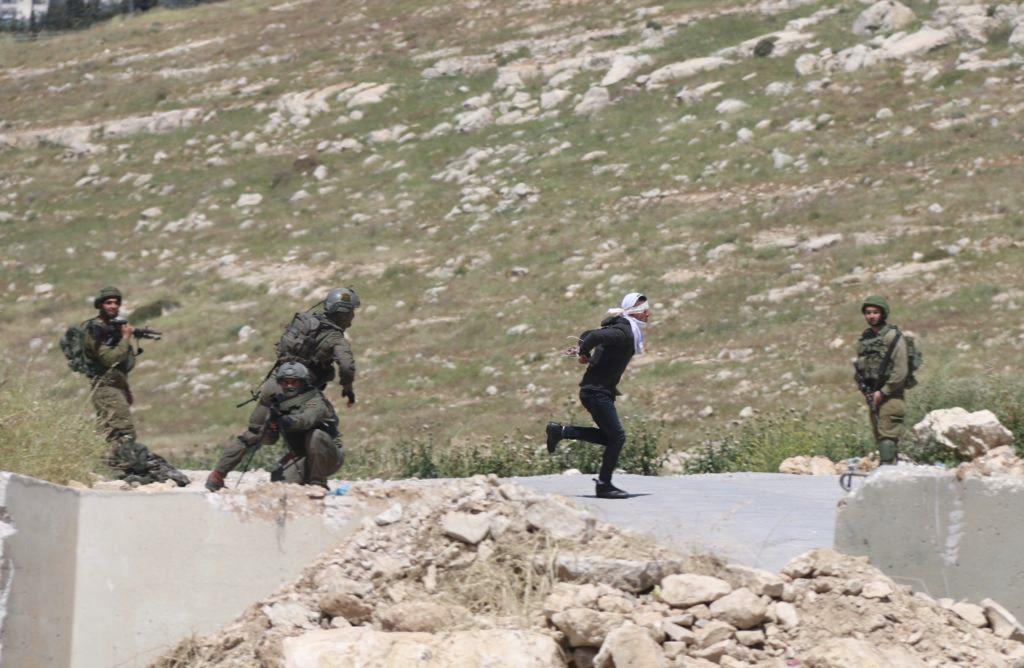 Israelin sotilaat ampuivat palestiinalaisteiniä, joka pakeni kädet raudoissa ja silmät sidottuina