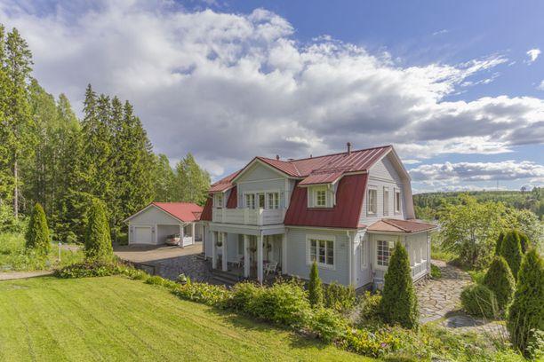 Tämä talo sijaitsee Jyväskylässä Vesankajärven rannalla.