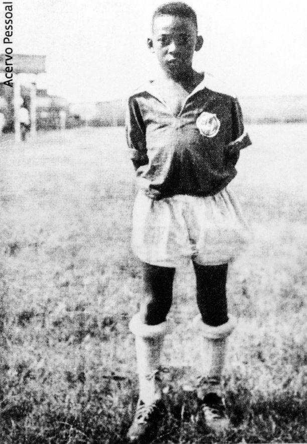Pelén lapsuutta varjostivat niukkuus ja puute. Taitavana pelaajana tunnettu isä vaihtoi jalkapallon virkamiehen palkkatyöhön. Äiti varoitteli Peléä jalkapalloilijan kapeasta leivästä.
