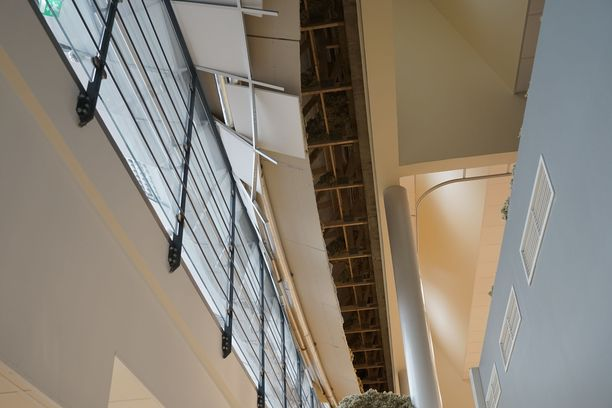 Katon pettämisestä saatiin hälytys yöllä, koska katossa kulkevassa lämmitysputkessa laski paine.
