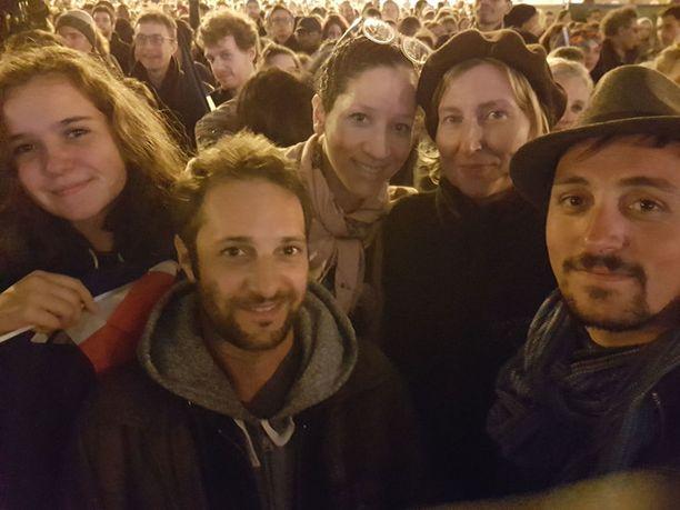 Raphaëlle, Lauren ja Anne-Lauren sekä Remy ja Igor juhlivat täysin rinnoin Macronin voittoa.