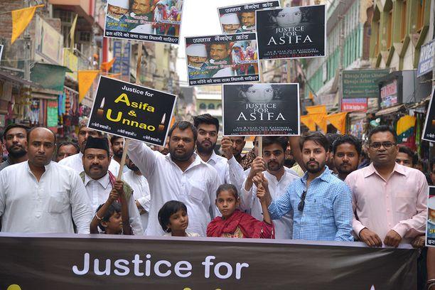 Rajasthanin Ajmerissa perjantaina marssineet aktivistit kritisoivat poliitikkoja toimettomuudesta ja vaikenemisesta.