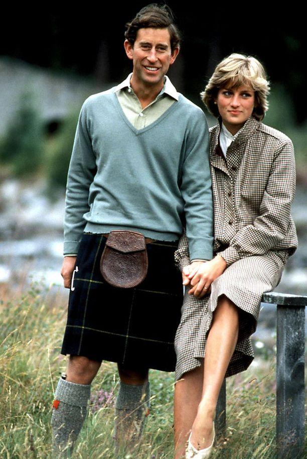 Dianan ja Charlesin liitto oli onneton ja vaikea. Kummallakin oli muita suhteita, ja asumuseroon he muuttivat vuonna 1992. Diana muun muassa epäili avoimessa tv-haastattelussa Charlesin sopivuutta kuninkaaksi.