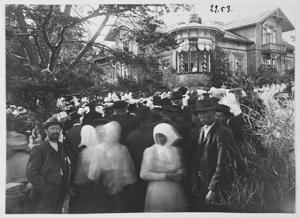 Kansanjuhlat Impilahdella 27.6.1909. Herkkuruokana pidoissa tarjottiin usein lihakeittoa.