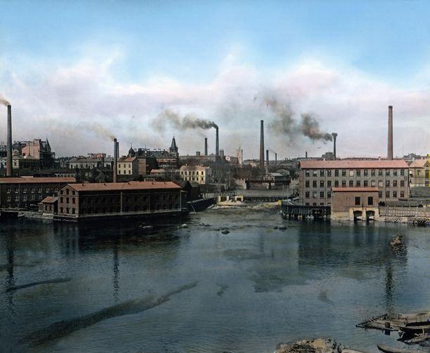 Simonin arkistojen tiedoissa tätä näkyä kehuttiin Enson moderneiksi tehtaiksi. Tehtaat jäivät sodassa rajan toiselle puolelle. Simonia paremmin perillä olevat lukijat tunnistivat kuvan Tampereeksi.