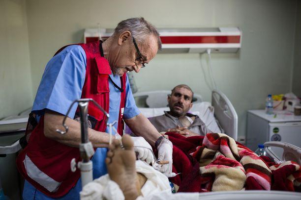 Erbilin sairaalaan lähti helmikuussa yhteensä kolme suomalaista sairaanhoitajaa. Kuvassa Jarmo Villanen hoitaa Lugmania, jonka koti tuhoutui ohjusiskussa. Hän on huolissaan kuudesta lapsestaan, jotka odottavat isää Mosulissa.