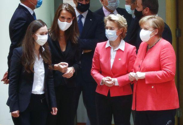 Pääministeri Sanna Marin, Belgian pääministeri Sophie Wilmes, komission puheenjohtaja Ursula von der Leyen ja Saksan liittokansleri Angela Merkel neuvotteluissa.