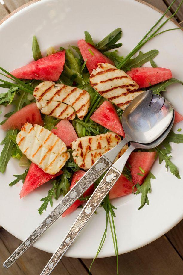 Voit tehdä salaatin muuten valmiiksi, lisää grillatut halloumit juuri ennen syömistä.