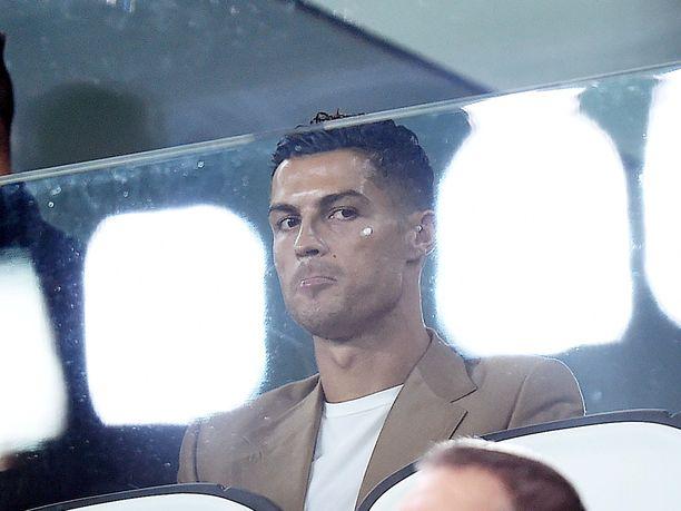 Ronaldolla ei varsinaisesti ole kiire päästä Manchesterin-asunnostaan eroon, sillä hän on ollut vuosikaudet yksi maailman eniten tienaavista urheilijoista. Talouslehti Forbesin tuoreimmassa listauksessa hänen vuosituloikseen on arvioitu noin 95 miljoonaa euroa.