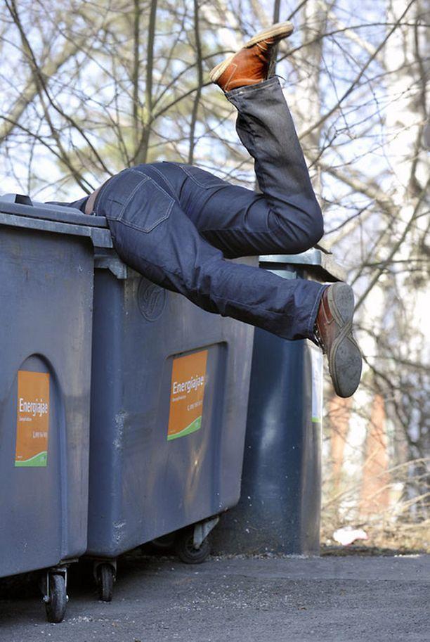 Työntekijä humpsahti työmatkalla eväiden perässä jäteastiaan. Vakuutusyhtiö ei korvannut tapaturmaa. Kuvan tilanne on lavastettu.