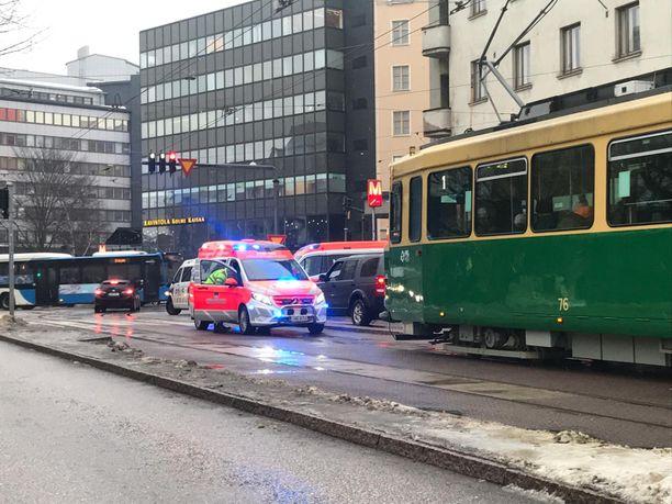 Iltalehden tietojen mukaan rakennuksen edustalla olleet puomit oli asetettu jalankulkuväylän suuntaisesti.
