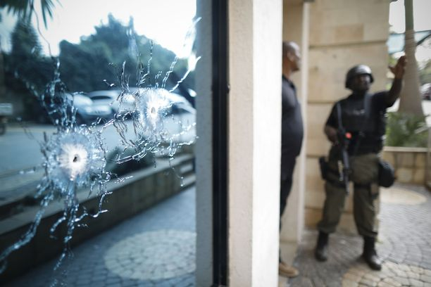 Al-Shabaabin terroristit iskivät rynnäkkökiväärein ja pommein hotelliin Nairobissa tiistaina.