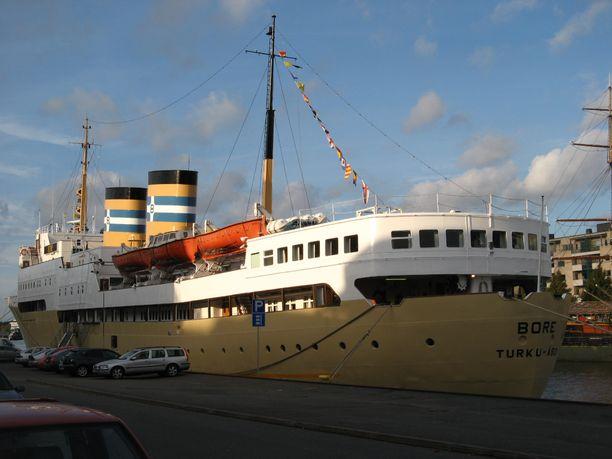 Turkuun myyty Kristina Regina sai takaisin alkuperäisen nimensä ja värinsä. S/S Bore on ankkurissa Aurajoessa.