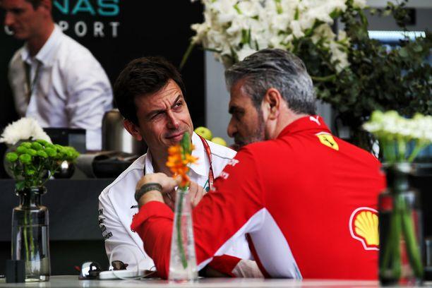 Toto Wolffin luotsaama Mercedes ja Maurizio Arrivabenen luotsaama Ferrari käyvät kovaa kilpailua F1:n herruudesta.