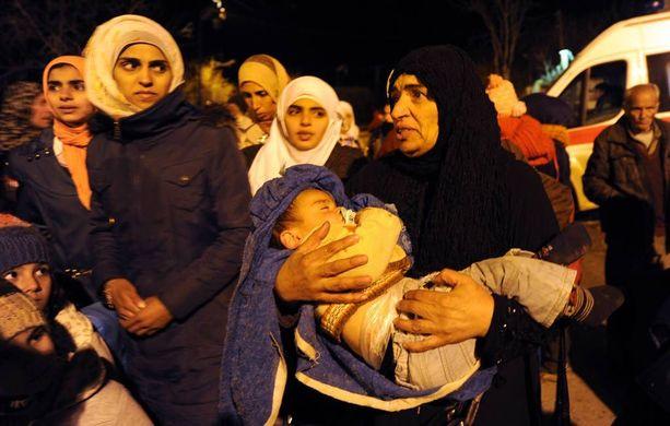 Ihmiset kerääntyivät odottamaan saapuvaa ruoka-apua Madayassa, joka on ollut saarrettuna heinäkuusta lähtien.