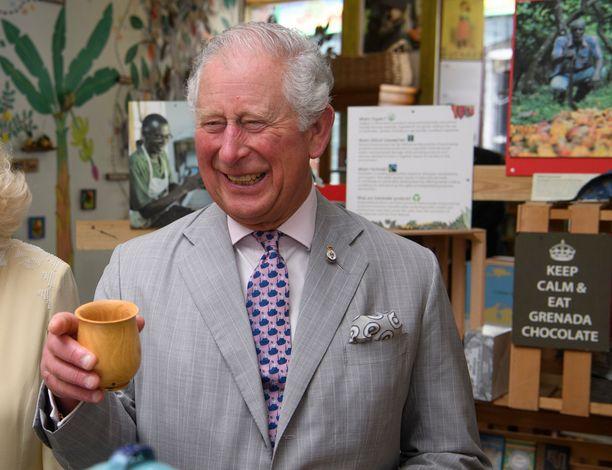 Prinssi Charlesin hymy levisi lähestulkoon korviin saakka. Mukissa on kerrottu olleen suklaata.