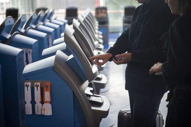 Helsinki-Vantaan lentokentällä on ollut melko hiljaista, mutta uuden rajamallin ja rokotekattavuuden kasvun myötä matkustajamäärien odotetaan kasvavan syksyä kohden. Kuva viime vuoden heinäkuulta.