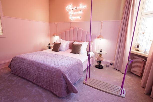 Jätskihuoneen ilmeen ovat luoneet sisustussuunnittelijat Anna Pirkola ja Kirsikka Simberg. Huoneen hinta vaihtelee viikonpäivän mukaan. Sen kerrotaan olevan 50 euroa kalliimpi kuin vastaavankokoisen Envy King -huoneen päivän hinta. Arkisin Envy King -huoneen saa 250 eurolla, viikonloppuna hinta on edullisempi.