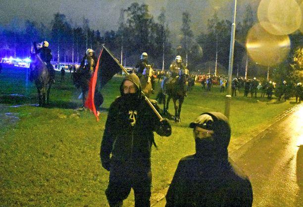 Runsaslukuiset poliisijoukot, joihin kuului myös ratsupoliiseja, sai anarkistimielenosoittajat luopumaan suunnitelmasta päästä lähelle isänmaallisen soihtukulkueen määränpäätä, Hietaniemen hautausmaata.