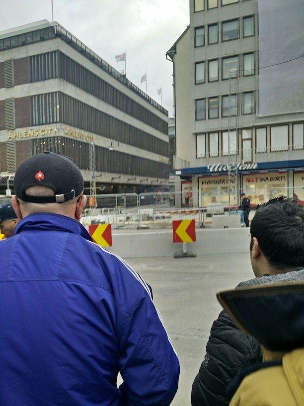 Hanna seurasi tilannetta iskun jälkeen Åhlensin ulkopuolella.