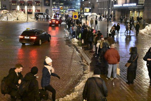 Taksijono jatkui Asema-aukion taksitolpalta Kaivokadulle saakka.