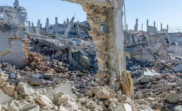 Maa täyttyi rakennusten palasista.