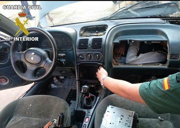 Salamatkustaja löytyi, kun hanskalokero avattiin.