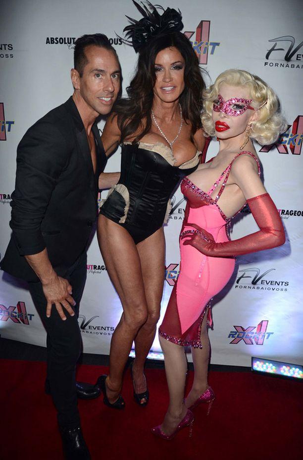 Janice Dickinson (kesk.) ja Amanda Lepore (oik.) poseeraavat promoottori Tony Forbianon kanssa.