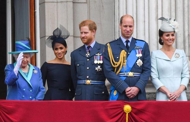 Meghan tervehtii kansaa yhdessä muun kuningasperheen kanssa. Kuvassa vasemmalta alkaen kuningatar Elisabet, herttuatar Meghan, prinssi Harry, prinssi William ja herttuatar Catherine.