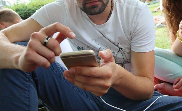 Yhdysvaltalaismies käytti miljoonan rikoksella ansaittuja rahoja mobiilipeliin. Kuvituskuva.