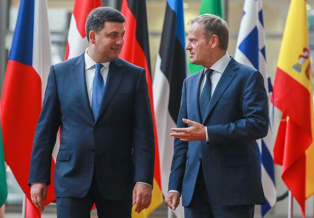 Ukrainan pääministeeri Volodimir Groisman (vasemmalla) keskusteli Nord Stream 2 -hankkeen uhkista muun muassa Eurooppa-neuvoston puheenjohtaja Donald Tuskin kanssa Brysselissä.
