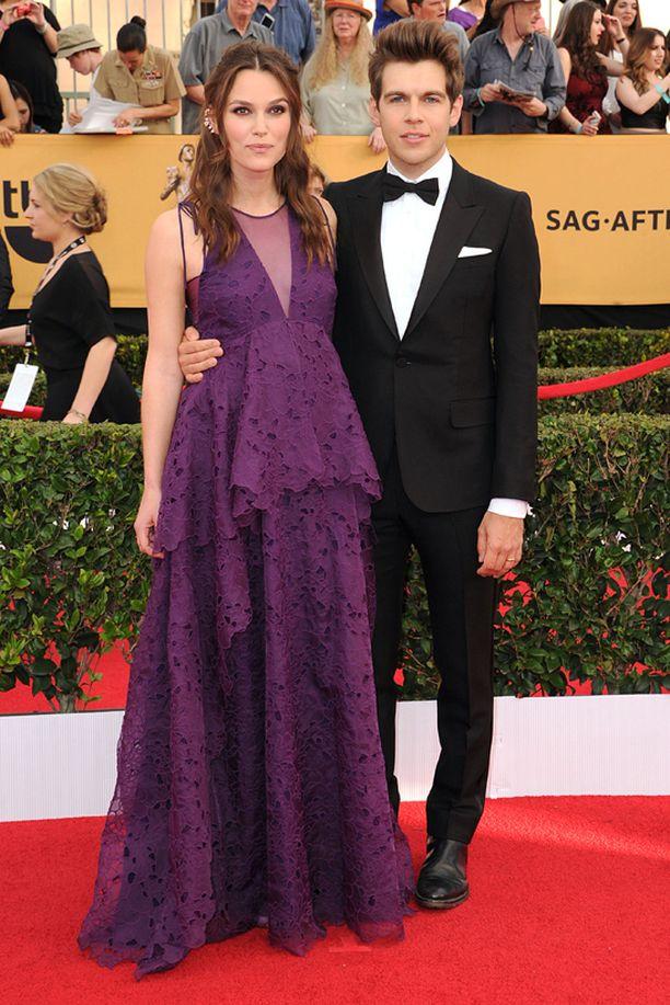 Raskaana oleva Keira Knightley luotti violettiin.