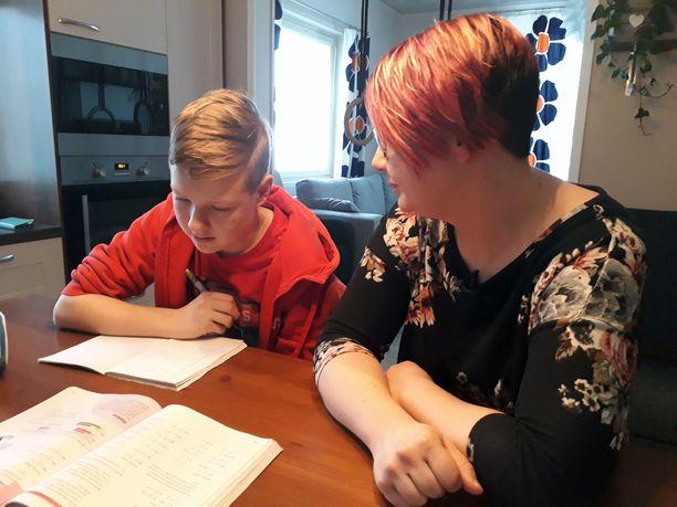 Anu Aaltonen kertoo Spotlightissa Miska-poikansa kohtalosta. He hakivat apua Israelista asti. Moni muukin PANS-potilas on joutunut hakeutumaan ulkomaille saadakseen diagnoosin tai hoitoa. Miskalle suositeltiin Israelissa tutkimuksia ja hoitoja, joihin ei kuitenkaan Suomessa suostuta.